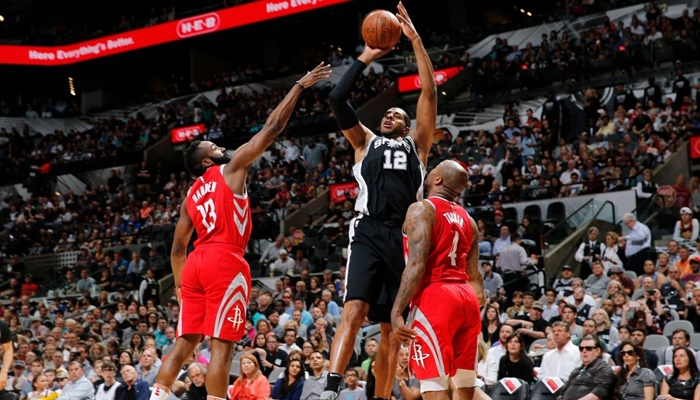 Aldridge's double-double halts Rockets' win streak